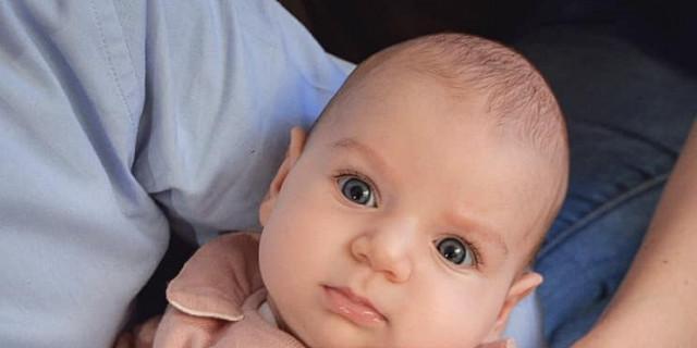 Sandrine Gluck - portrait bébé en couleur dans les bras de ses parents 78667